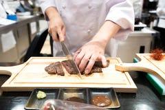 Ο αρχιμάγειρας μαγειρεύει το ιαπωνικό ύφος στο εστιατόριο στοκ εικόνες