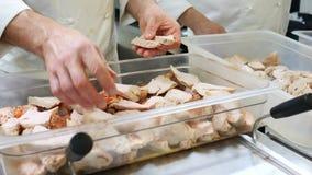 Ο αρχιμάγειρας μαγειρεύει το κρέας κοτόπουλου με τα καρυκεύματα κοτόπουλου, turmeric, πιπέρι, σάλτσα σόγιας στην κουζίνα του εστι φιλμ μικρού μήκους