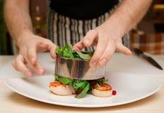 Ο αρχιμάγειρας μαγειρεύει το ορεκτικό με τα όστρακα Στοκ Εικόνα