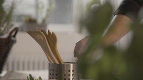 Ο αρχιμάγειρας παίρνει ένα ξύλινο κουτάλι φιλμ μικρού μήκους