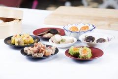 Ο αρχιμάγειρας παρουσίασε το κινεζικό αμυδρό ποσό (εκλεκτική εστίαση) Στοκ Εικόνες