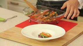 Ο αρχιμάγειρας που εξυπηρετεί πρόσφατα ψήνει ratatouille σε ένα πιάτο φιλμ μικρού μήκους
