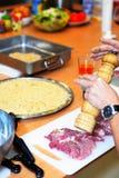 Ο αρχιμάγειρας που προετοιμάζει το κρέας και προσθέτει τα καρυκεύματα Στοκ φωτογραφίες με δικαίωμα ελεύθερης χρήσης
