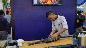 Ο αρχιμάγειρας που χρησιμοποιεί το μαχαίρι ήταν μεγάλο ψάρι φετών στην αγορά θαλασσινών απόθεμα βίντεο