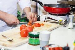 Ο αρχιμάγειρας προετοιμάζει ένα γεύμα στοκ φωτογραφίες