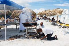 Ο αρχιμάγειρας προετοιμάζει ένα γιγαντιαίο paella θαλασσινών στην παραλία Varadero κάνοντας ηλιοθεραπεία πλησίον τους τουρίστες στοκ φωτογραφίες με δικαίωμα ελεύθερης χρήσης