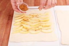 Ο αρχιμάγειρας προετοιμάζει μια πίτα μήλων Στοκ εικόνες με δικαίωμα ελεύθερης χρήσης
