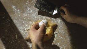 Ο αρχιμάγειρας προετοιμάζει την της Γεωργίας πίτα ζύμης τυριών khachapuri με τον ακατέργαστους λέκιθο και το βούτυρο αυγών απόθεμα βίντεο