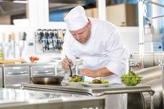 Ο αρχιμάγειρας προετοιμάζει το πιάτο μπριζόλας στη γαστρονομική κουζίνα εστιατορίων Στοκ φωτογραφία με δικαίωμα ελεύθερης χρήσης