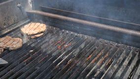 Ο αρχιμάγειρας ρίχνει επάνω meatloaf χοιρινού κρέατος και βόειου κρέατος για να κάνει ένα χάμπουργκερ και burger Φυσική οργανική  απόθεμα βίντεο