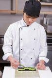 Ο αρχιμάγειρας σουσιών μαγειρεύει τα σούσια στοκ φωτογραφία με δικαίωμα ελεύθερης χρήσης