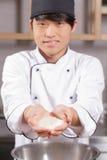 Ο αρχιμάγειρας σουσιών μαγειρεύει το ρύζι στοκ φωτογραφία