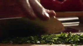 Ο αρχιμάγειρας τεμαχίζει το μαϊντανό φιλμ μικρού μήκους