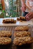Ο αρχιμάγειρας τεμαχίζει το φρέσκο χορτοφάγο κέικ καφέ Στοκ Φωτογραφία