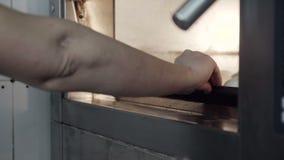 Ο αρχιμάγειρας υπόβαλε το τηγάνι φούρνων των μπισκότων επιπλέον στενών απόθεμα βίντεο