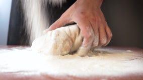 Ο αρχιμάγειρας ψεκάζει τη ζύμη με το αλεύρι φιλμ μικρού μήκους