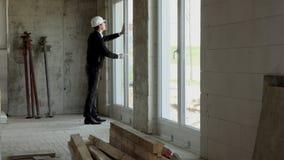 Ο αρχιτέκτονας επιθεωρεί την κατασκευή από το εσωτερικό απόθεμα βίντεο