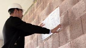Ο αρχιτέκτονας επιθεωρεί την κατασκευή από το εσωτερικό φιλμ μικρού μήκους