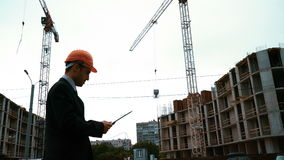 Ο αρχιτέκτονας διευθύνει το γερανό κατασκευής απόθεμα βίντεο