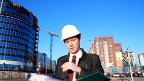 Ο αρχιτέκτονας στην περιοχή διαβάζει τα έγγραφα απόθεμα βίντεο