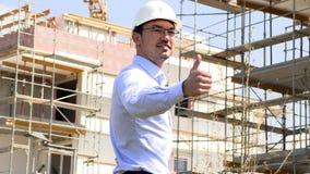 Ο αρχιτέκτονας στο εργοτάξιο οικοδομής παρουσιάζει αντίχειρες απόθεμα βίντεο