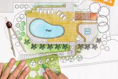 Ο αρχιτέκτονας τοπίου σχεδιάζει το σχέδιο κατωφλιών με τη λίμνη Στοκ εικόνες με δικαίωμα ελεύθερης χρήσης