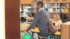 Ο αρχιτέκτονας φθάνει στο γραφείο και κυλά το ποδήλατο μετά από τους συναδέλφους απόθεμα βίντεο