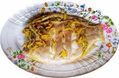 Ο ασβέστης έβρασε κόκκινο tilapia στα άσπρα ταϊλανδικά τρόφιμα υποβάθρου στον ατμό Στοκ Εικόνες