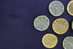 Ο ασβέστης λεμονιών τεμαχίζει τα τρόφιμα στο σκοτεινό υπόβαθρο Στοκ φωτογραφίες με δικαίωμα ελεύθερης χρήσης
