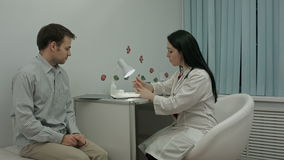Ο ασθενής λέει στο γιατρό για την υγεία του απόθεμα βίντεο