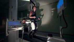 Ο ασθενής εξετάζει ένα όργανο ελέγχου μιας ιατρικής μηχανής, κλείνει επάνω απόθεμα βίντεο