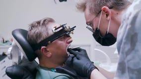 Ο ασθενής καθορίζεται το σαγόνι στην κλινική απόθεμα βίντεο