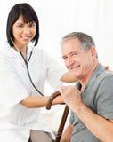 ο ασθενής νοσοκόμων της στοκ εικόνα