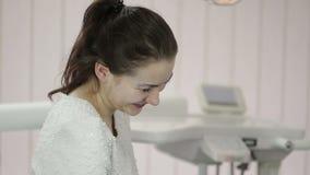 Ο ασθενής οδοντιάτρων παρουσιάζει εικόνες της πράσινης ταμπλέτας οθόνης απόθεμα βίντεο