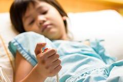 Ο ασθενής παιδιών κρατά το κουμπί κλήσης έκτακτης ανάγκης διαθέσιμο στοκ φωτογραφία με δικαίωμα ελεύθερης χρήσης