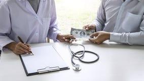 Ο ασθενής που δίνει στα χρήματα δωροδοκιών τη μορφή λογαριασμών δολαρίων στο θηλυκό στοκ φωτογραφίες με δικαίωμα ελεύθερης χρήσης