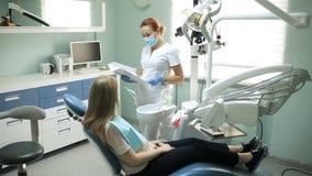 Ο ασθενής πριν από την οδοντική μεταχείρηση στην οδοντιατρική απόθεμα βίντεο