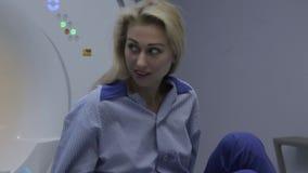 Ο ασθενής σηκώνεται ύστερα από να εξετάσει την απεικόνιση μαγνητικής αντήχησης απόθεμα βίντεο