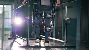 Ο ασθενής υποβάλλεται στη θεραπεία με τον προσθετικό εξοπλισμό, κλείνει επάνω απόθεμα βίντεο