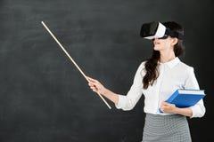 Ο ασιατικός δάσκαλος γυναικών διδάσκει με το ραβδί και την κάσκα VR Στοκ Εικόνες