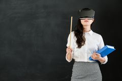Ο ασιατικός δάσκαλος γυναικών διδάσκει με το ραβδί και την κάσκα VR Στοκ Φωτογραφίες