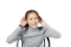 Ο ασιατικός έφηβος αυξάνει το χέρι μέχρι απομονωμένο το ακρόαση άσπρο backgroun στοκ εικόνες