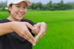 Ο ασιατικός έφηβος παρουσιάζει σημάδι καρδιών χεριών Στοκ εικόνες με δικαίωμα ελεύθερης χρήσης