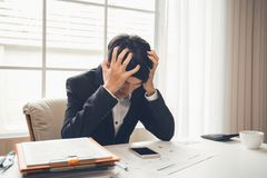 Ο ασιατικός αρσενικός επαγγελματικός δικηγόρος επιχειρηματιών είναι ρόδα Στοκ Φωτογραφία