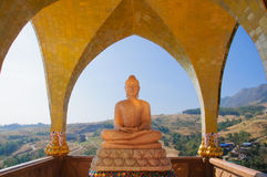 Ο ασιατικός Βούδας και θέα βουνού στοκ εικόνες