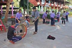 Ο ασιατικός δάσκαλος διδάσκει τη σημείωση μουσικής για την ομάδα σπουδαστών στοκ φωτογραφία με δικαίωμα ελεύθερης χρήσης