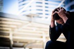 Ο ασιατικός επιχειρηματίας αισθάνεται λυπημένος και ματαιωμένος ανατρεμμένος αποτύχετε στη ζωή στοκ εικόνα
