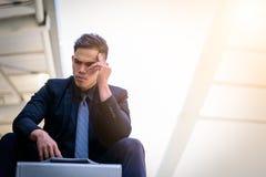 Ο ασιατικός επιχειρηματίας αισθάνεται λυπημένος και ματαιωμένος ανατρεμμένος αποτύχετε στη ζωή στοκ φωτογραφίες με δικαίωμα ελεύθερης χρήσης