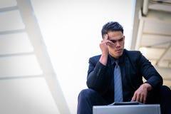 Ο ασιατικός επιχειρηματίας αισθάνεται λυπημένος και ματαιωμένος ανατρεμμένος αποτύχετε στη ζωή στοκ εικόνες με δικαίωμα ελεύθερης χρήσης