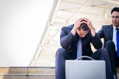 Ο ασιατικός επιχειρηματίας αισθάνεται λυπημένος και ματαιωμένος ανατρεμμένος αποτύχετε στη ζωή στοκ φωτογραφία με δικαίωμα ελεύθερης χρήσης
